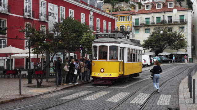 vidéos et rushes de passengers board tramway headed to estrela in portugal. - tramway