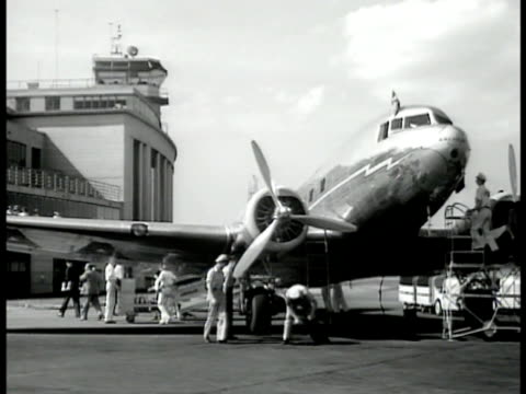 passengers boarding airplane via stairs tail logo 'united air lines' ms airplane being attended by ground crew ms passengers exiting onto dock from... - flugpassagier stock-videos und b-roll-filmmaterial