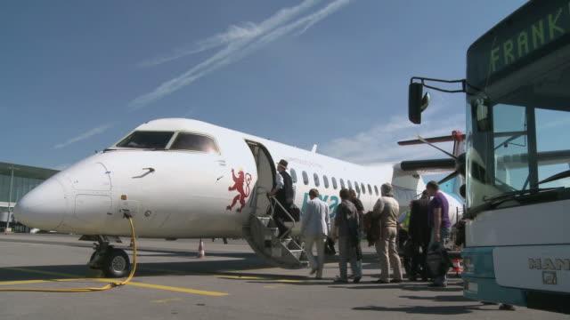 vídeos y material grabado en eventos de stock de ws pan passengers boarding embraer jet of luxair / luxembourg airport, findel, luxembourg, luxembourg - pasajero