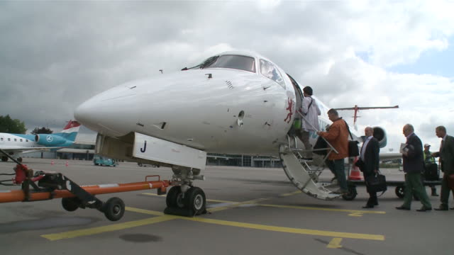 stockvideo's en b-roll-footage met ms passengers boarding into airplane / airport luxembourg-findel, luxembourg - instappen