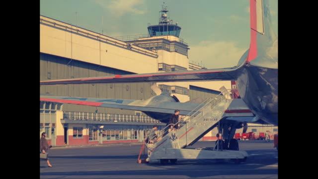 vidéos et rushes de ws passengers boarding plane on tarmac at airport / united states - tour de contrôle