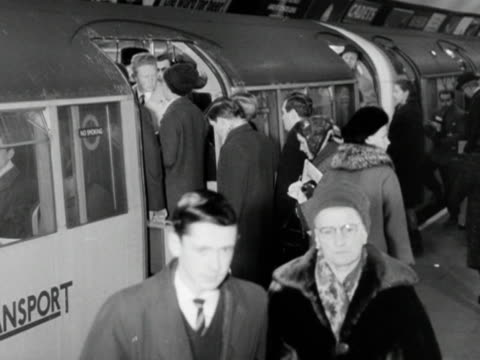 passengers disembark and embark onto a crowded tube train - ロンドン地下鉄点の映像素材/bロール