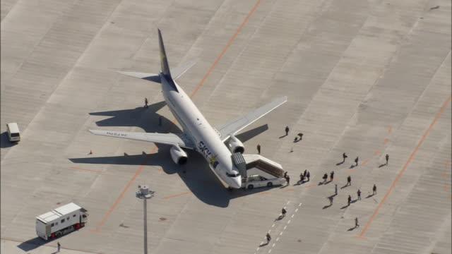 passengers disembark from a sky airlines passenger jet at ibaraki airport. - 降り立つ点の映像素材/bロール