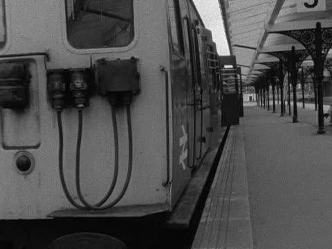 passengers disembark from a train at a railway station - järnvägsstation bildbanksvideor och videomaterial från bakom kulisserna