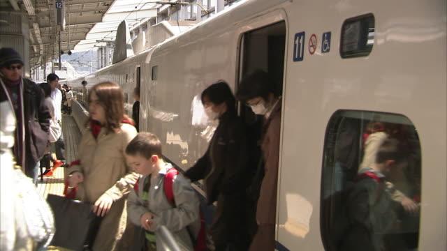 ms passengers disembarking bullet train on kyoto station, japan - 鉄道のプラットホーム点の映像素材/bロール