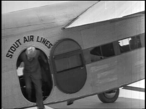 b/w 1927 passengers exiting small stout air lines airplane / newsreel - passagier stock-videos und b-roll-filmmaterial