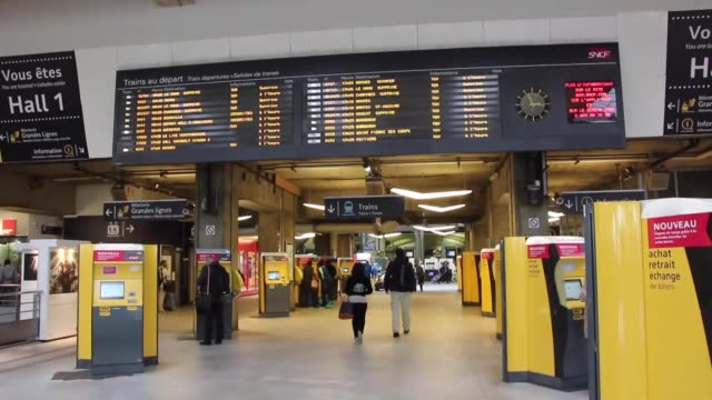 vidéos et rushes de passengers get information in the gare montparnasse rail station in paris, on june 02 during a strike by employees of french state-owned rail... - grève