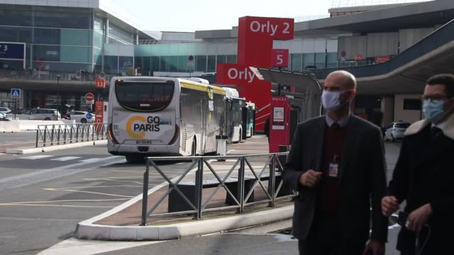 passengers get off a bus arriving in the parking lot during the installation of antigenic tests in french airports to detect travelers carrying... - mutazione genetica video stock e b–roll