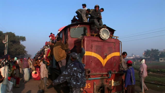 passengers getting on crowded train in nepal - bahnreisender stock-videos und b-roll-filmmaterial