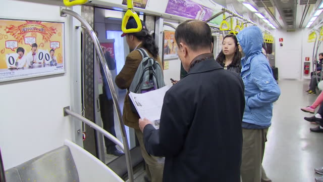 ms pov passengers going out of seoul metro subway train  / seoul, south korea - bahnreisender stock-videos und b-roll-filmmaterial