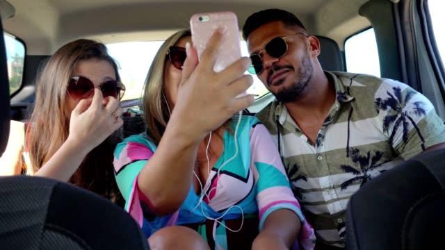 vídeos y material grabado en eventos de stock de pasajeros divirtiéndose en el viaje en coche - gafas de sol