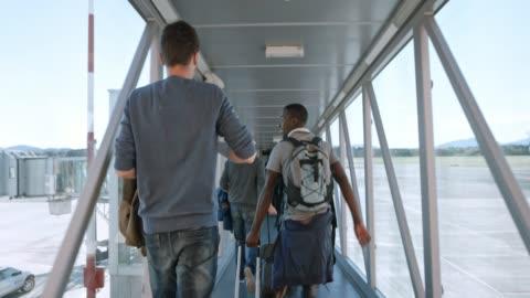 slo mo passagerare skyndade över jet bron till ombord på planet - mellanstor grupp av människor bildbanksvideor och videomaterial från bakom kulisserna