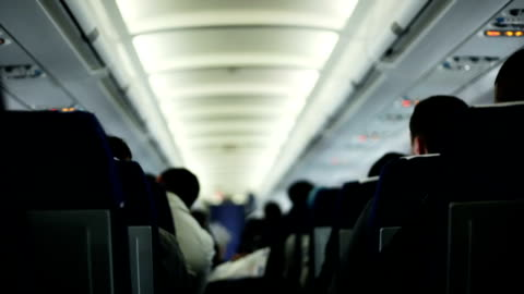passagiere in einem flugzeug bei einem flug - innenaufnahme stock-videos und b-roll-filmmaterial