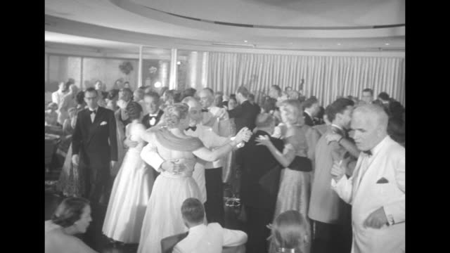 vidéos et rushes de passengers in night club on board ss united states celebrate record-breaking crossing with streamers, balloons, party hats / vs dancing to jazz... - dancing