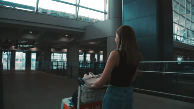 passengers in the airline walked to drag the luggage to the gate. in the passenger hall - abitacolo video stock e b–roll