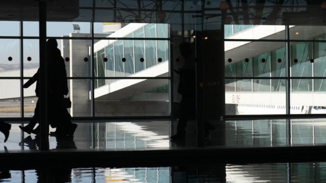 passagiere im flughafenkorridor - flugpassagier stock-videos und b-roll-filmmaterial