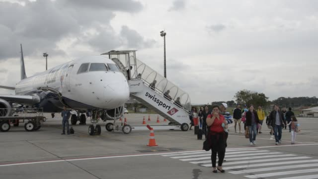 passengers land from an embraer airplane at viracopos international airport , campinas, brazil on wednesday, september 09th, 2015. shots: wide shots... - azul stock-videos und b-roll-filmmaterial
