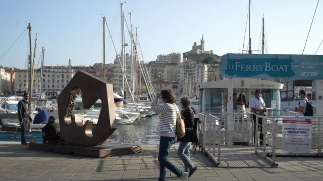 vidéos et rushes de passengers leaving a ferry boat on the vieux-port on september 30 in marseille, france. the port city of marseille has ordered all bars and... - ferry