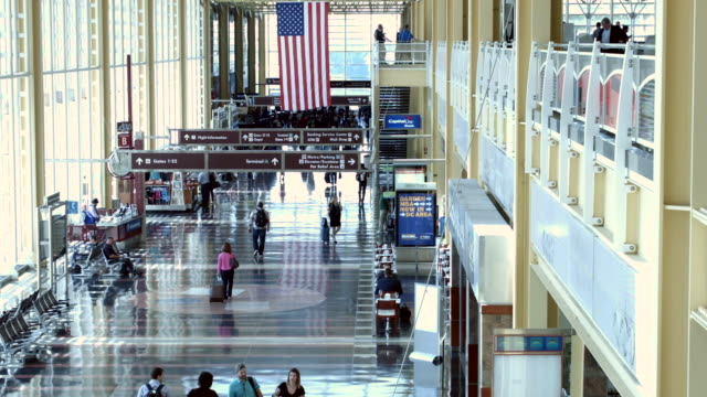 vidéos et rushes de passengers move through ronald reagan national airport may 27 2016 in arlington va according to aaa 'more than 38 million americans will travel this... - aéroport ronald reagan