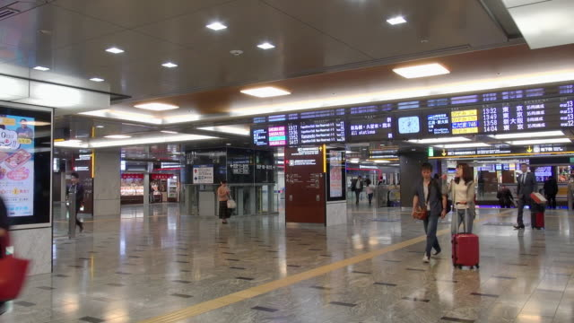 vídeos de stock, filmes e b-roll de passengers moving in hakata station - prefeitura de fukuoka