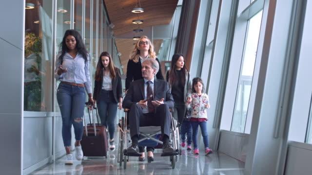 vidéos et rushes de passagers sur le corridor au terminal de l'aéroport - besoin