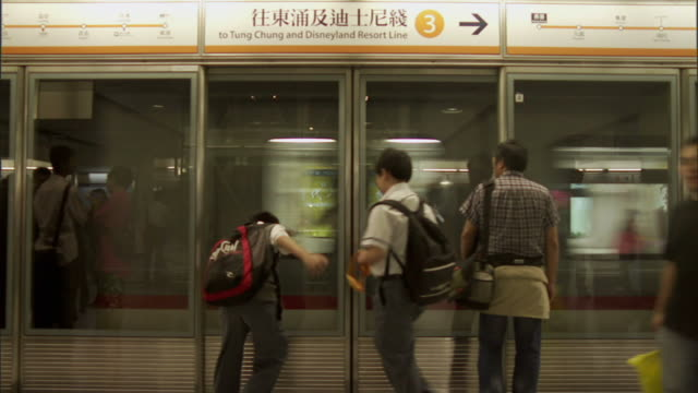 stockvideo's en b-roll-footage met ms, passengers on train platform, hong kong, china - perron