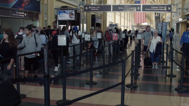 passengers queue up outside a transportation security administration checkpoint at ronald reagan national airport may 27, 2016 in arlington, va.... - flughafen washington ronald reagan national stock-videos und b-roll-filmmaterial