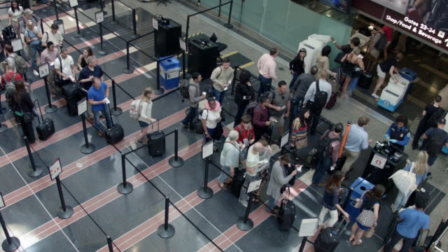 vidéos et rushes de passengers queue up outside a transportation security administration checkpoint at ronald reagan national airport may 27 2016 in arlington va... - aéroport ronald reagan