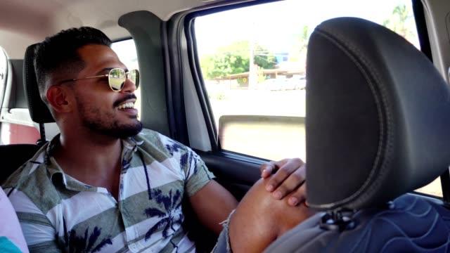 vídeos de stock, filmes e b-roll de passageiros que cantam na viagem de carro - entusiástico