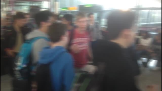 passengers stranded at heathrow airport england london heathrow airport int passengers in crowded airport terminal / information screens / passengers... - ヒースロー空港点の映像素材/bロール