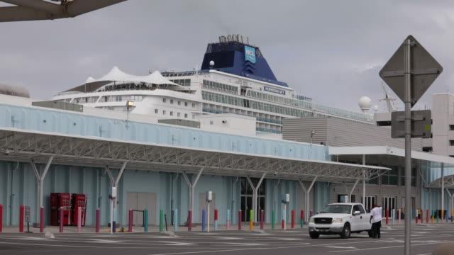 vídeos y material grabado en eventos de stock de passengers taking cruises despite coronavirus warnings port of miami miami florida us on monday march 9 2020 - bahía de biscayne