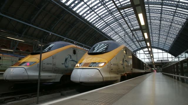 passengers trains operated by eurostar international ltd sit beside railway platforms st pancras international station in london uk on friday may 1... - u bahnsteig stock-videos und b-roll-filmmaterial