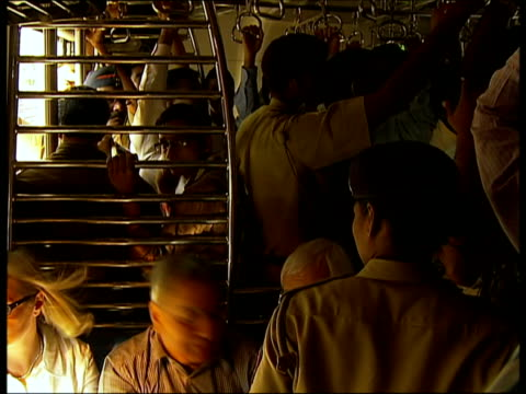 passengers travelling in packed train carriage / mumbai, india - bahnreisender stock-videos und b-roll-filmmaterial