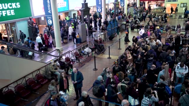 passengers wait to board their trains at union station on the day before the thanksgiving holiday november 21 2018 in washington dc holiday travel... - hauptverkehrszeit stock-videos und b-roll-filmmaterial