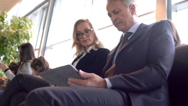 vídeos y material grabado en eventos de stock de pasajeros esperando en la zona del aeropuerto de salida - edificio de transporte