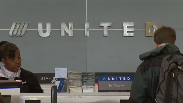 vidéos et rushes de passengers waiting at united airline's baggage counter at ronald reagan washington national airport / arlington virginia united states - aéroport ronald reagan