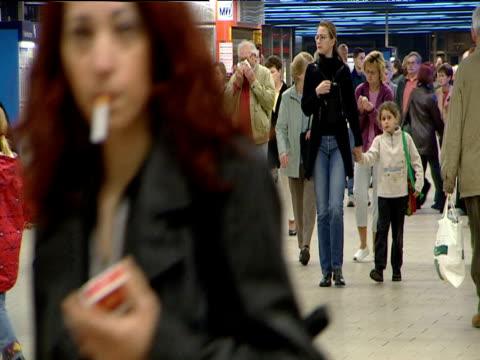 passengers walk across foyer of u-bahn underground station munich - bahnreisender stock-videos und b-roll-filmmaterial