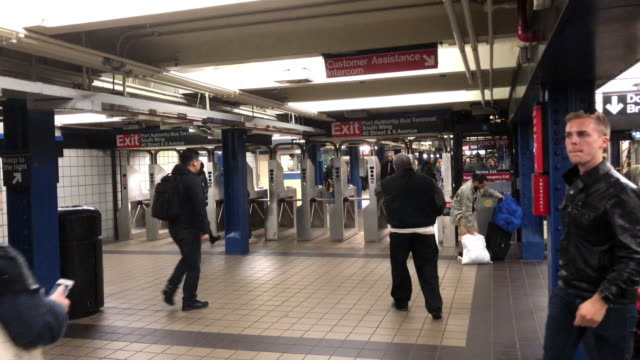 vidéos et rushes de passengers walking at the subway station, new york city - train de banlieue