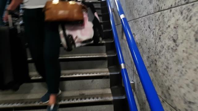 vídeos de stock, filmes e b-roll de os passageiros a descer metrô estação passos - steps and staircases