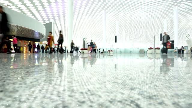 Trasporto pubblico di passeggeri a piedi in sala interna, il time-lapse.
