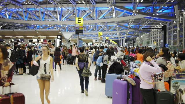 Passagiere gehen in Suvanaphumi Flughafen Bangkok