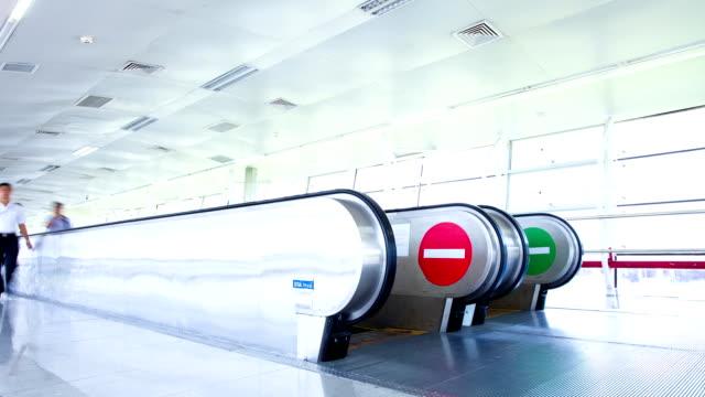 vídeos y material grabado en eventos de stock de los pasajeros a pie en el pasillo del aeropuerto, timelapse - edificio de transporte