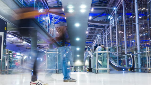 スワンナプーム国際空港では、時間の経過で歩行の乗客 - 門点の映像素材/bロール