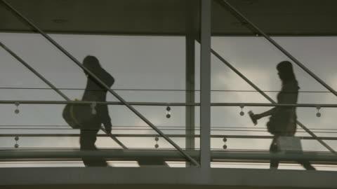 vídeos de stock, filmes e b-roll de ms passengers walking on boarding bridge / paris, france - mala de rodinhas