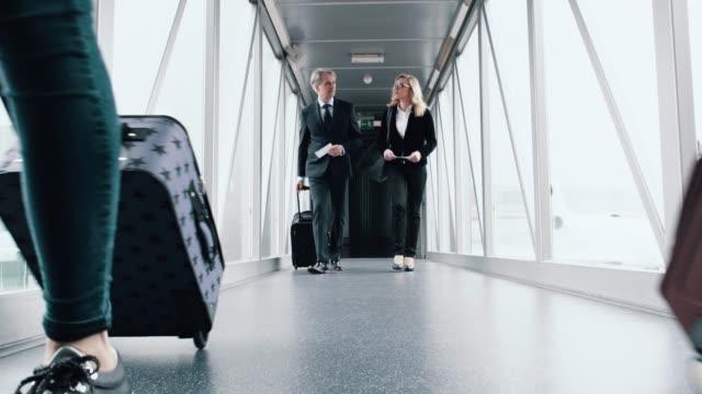 Passagiers lopen door naar de gate op het vliegveld