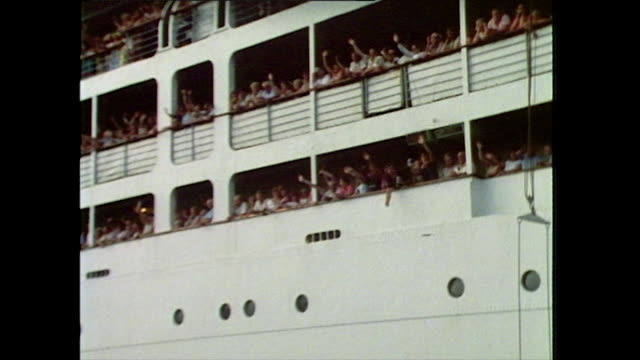 vídeos y material grabado en eventos de stock de passengers wave from the side of a cruise ship; 1985 - passenger