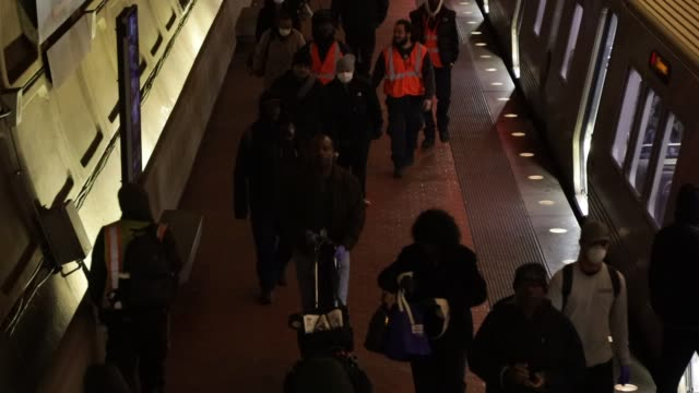vídeos de stock, filmes e b-roll de passengers wearing facial coverings get off a metro train at gallery place – chinatown metro station april 1 2020 in washington dc the district of... - maryland estado