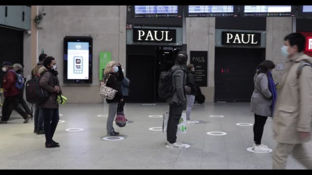 passengers wearing protective face masks await their train respecting social distance at saint-lazare railway station in paris on may 11, 2020 in... - anticipation stock-videos und b-roll-filmmaterial
