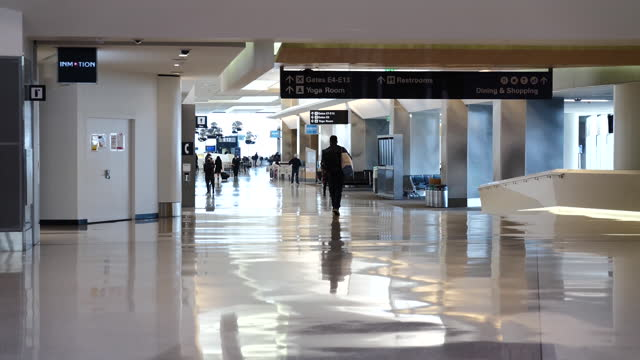 passengers wearing protective masks walking through san francisco international airport . airline passenger numbers in the u.s. totaled 1.06 million... - san francisco international airport stock videos & royalty-free footage