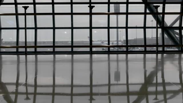 Passagiere mit Gepäck am Flughafen